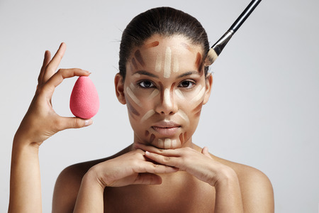 Hervorhebung und Schattierung Bereich zeigt, korrigierende Gesichtsform Kontur. Gesichtskonturen