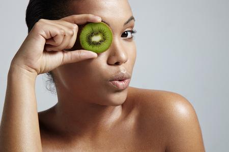 limpieza de cutis: modelo se divierte con tratamientos faciales