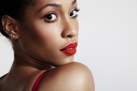femme noire nue: jolie woamn noir regardant en arri�re, rouge � l�vres mat rouge