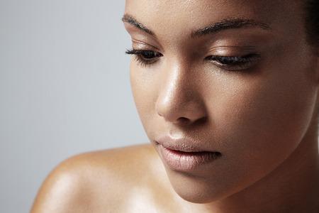 piel: muchacha adolescente con una piel grasa saludable