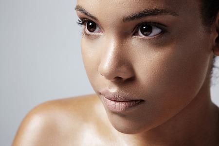 Gesicht mit einem öligen Haut s; Nahaufnahme von einer Frau