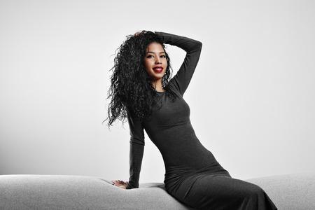 perfecte pasvorm zwarte vrouw met een krullend haar en rode lippen