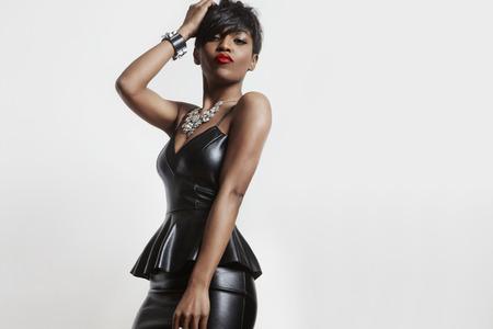 革のドレスで驚くべきは、セクシーな黒人女性 写真素材