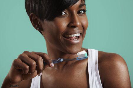 dientes sanos: Mujer con un cepillo de dientes y diente pegar en �l