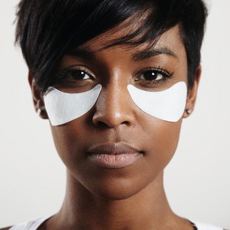 zwart meisje met een witte oogkleppen