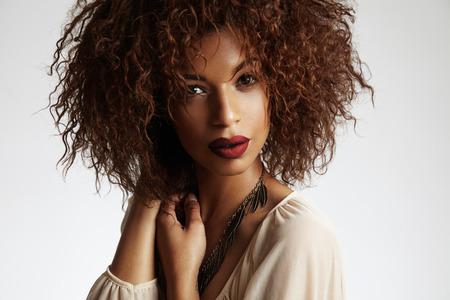 schwarze frau nackt: Sch�nheit schwarze Frau mit einem lockiges Haar und rote Lippen