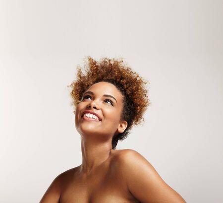 fille noire: heureuse fille noire regardant