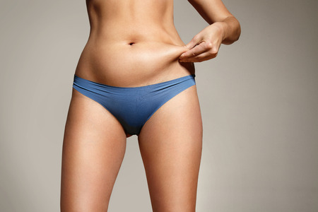 mujer gorda: Mujer pellizc� la grasa en el cuerpo