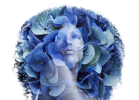 exposicion: retrato doble exposición afrian mujer con flores. Concepto de la belleza