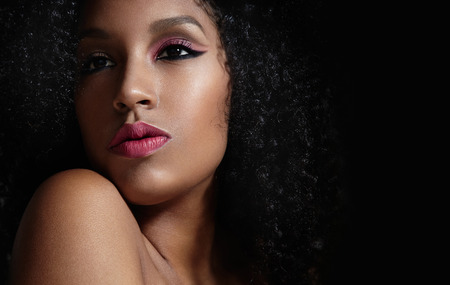 femme noire nue: maquillage rose sur une femme afro noire