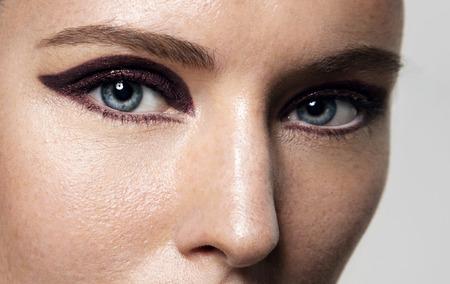 maquillaje de ojos: primer plano de los ojos de la mujer con maquillaje de ojos de gato brillante