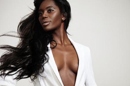 schoonheid zwarte vrouw met een stright waait haar