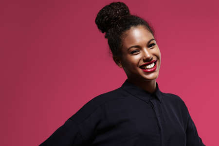 mujeres negras: hsiny feliz mujer de negro con un lápiz labial brillante