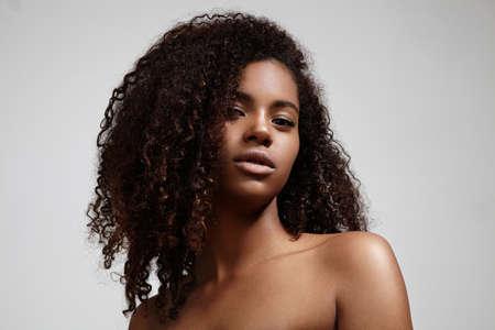 modelo desnuda: retrato de la mujer que mira en una cámara