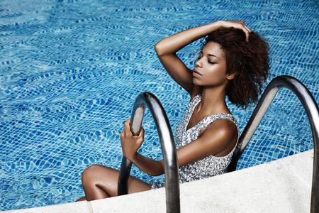 mujeres africanas: mujer en piscina
