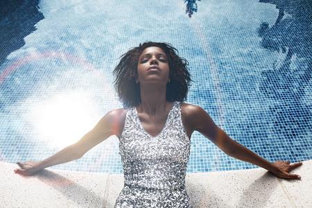 vrouw hebben een heerlijk ontspannen in het zwembad