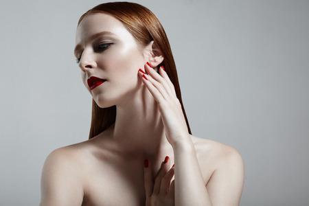 salon de belleza: chica hermosa pelirroja, piel ideales pelo stright Foto de archivo
