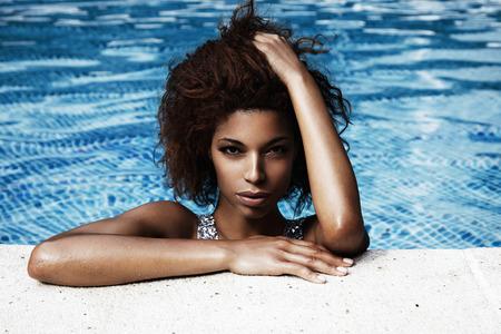 niñas en bikini: Mujer negro tobeauty mujer de negro en la piscina Foto de archivo
