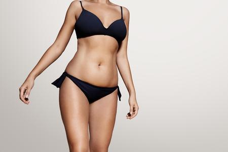 여성의 몸은 진한 파란색 수영복을 wearind