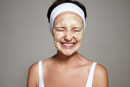 masaje facial: Mujer que se divierte con la rutina facial LANG_EVOIMAGES