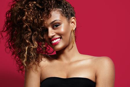 glimlachende schoonheid Latijnse vrouw met krullend haar Stockfoto