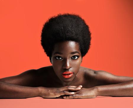 mooie Afrikaanse vrouw met een korte Afra