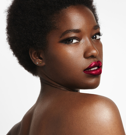 zwarte vrouw met een disco afro haar kijken terug Stockfoto