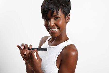 black girl: schwarzes Mädchen macht von sich Maniküre und lächelnd