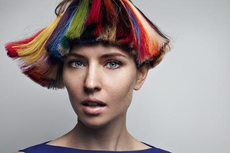 vrouwen met creatieve gekleurde haren