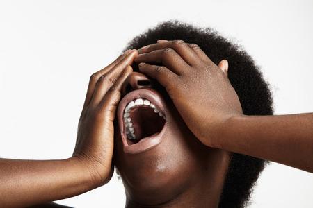 woman open mouth: criant femme noire