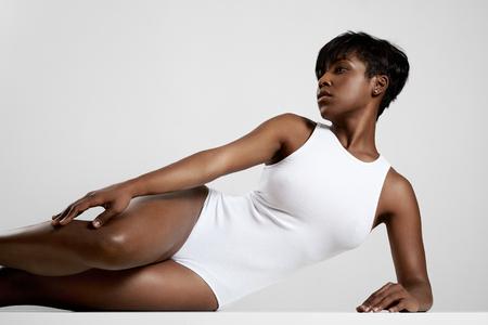 negras africanas: mujer de negro acostado sobre un lado