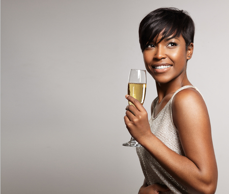 mujer con una copa de champán. Celebrando y sonriente