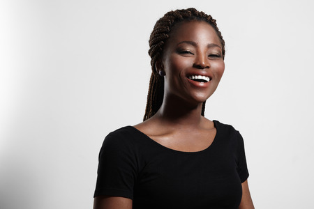 jeune fille adolescente nue: rire femme noire avec stroboscopique peau