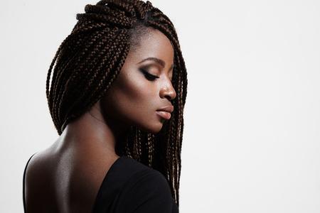 黒人女性の身に着けている髪のお下げ美のプロフィール 写真素材