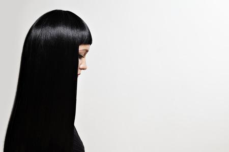 capelli lisci: donna di bellezza con un lunghi capelli neri in un profilo LANG_EVOIMAGES