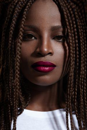 jeune fille adolescente nue: beaut� femme noire regarde directement la cam�ra LANG_EVOIMAGES