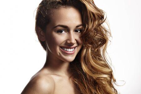 cabello rizado: niña sonriente feliz con el pelo rubio