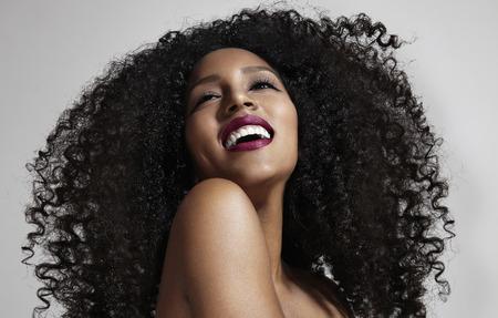 riendo: Mujer de risa con el pelo afro