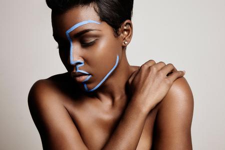 visage profil: femme avec une ligne sur le visage de Hera montrant forme profil. chirurgie