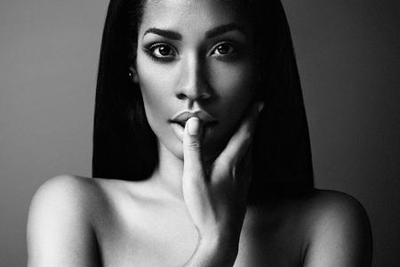 femme noire nue: portrait blck et blanc d'une femme noire LANG_EVOIMAGES