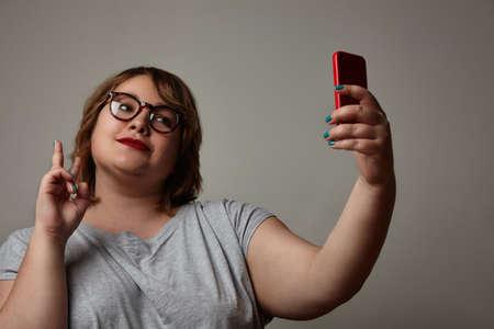ego�sta: adem�s de mujer de tama�o haciendo autofoto LANG_EVOIMAGES