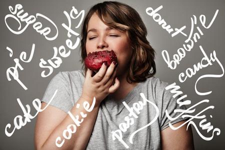 Più la donna di formato unirsi a una ciambella. Le parole di pastery Archivio Fotografico - 48869898