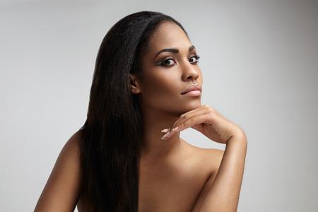 femme noire nue: beauté femme noire avec un long cheveux raides LANG_EVOIMAGES