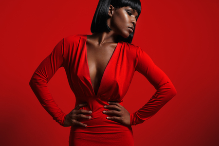 Mujer de negro en rojo Foto de archivo - 48869917