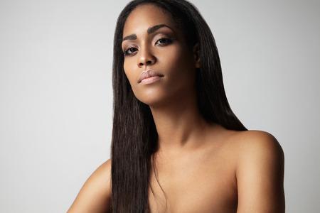 femme noire nue: portrait de femme avec un blask cheveux raides