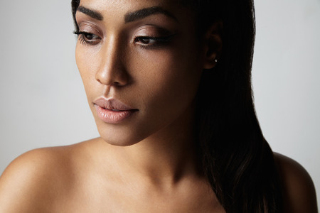 Ritratto di una donna nera con la pelle ideale Archivio Fotografico - 48869921