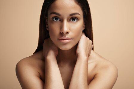 expresiones faciales: belleza de la mujer española en un fondo amarillento