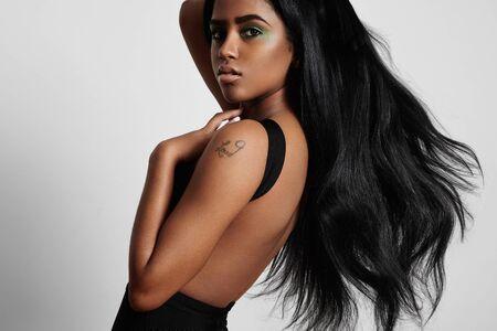 fille nue sexy: beauté femme noire du côté avec un cheveux soufflant