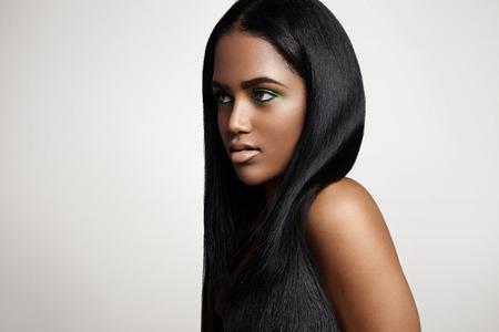 ストレートの髪をもつ黒人女性