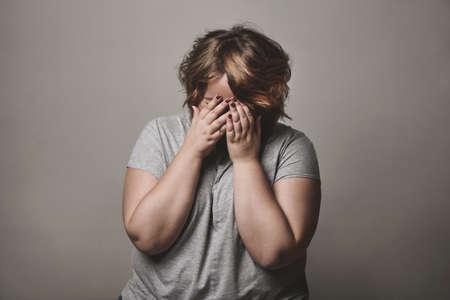 fille triste: triste femme taille plus pleure